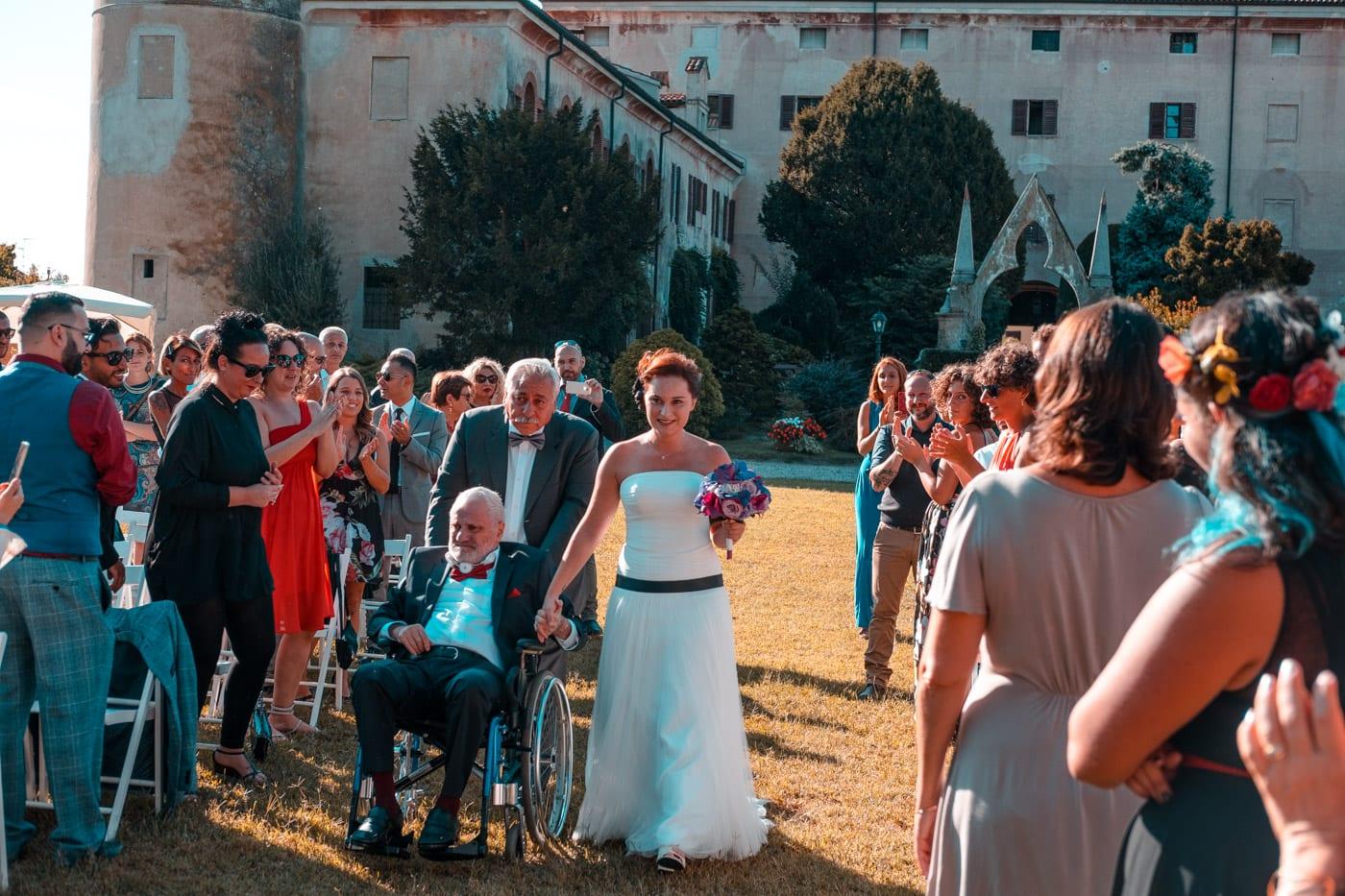 matrimonio-rock-castello-di-desana-ingresso sposi