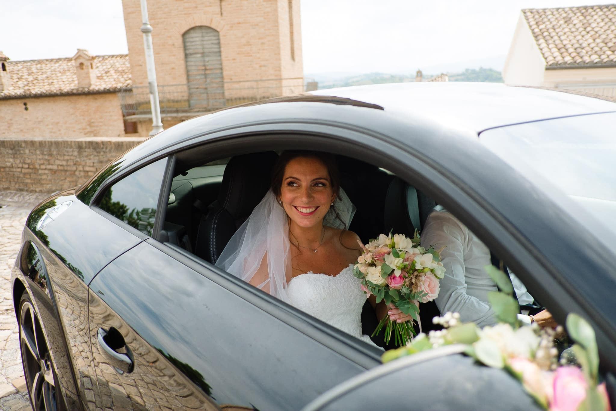 matrimonio castello di gradara nelle marche arrivo in chiesa