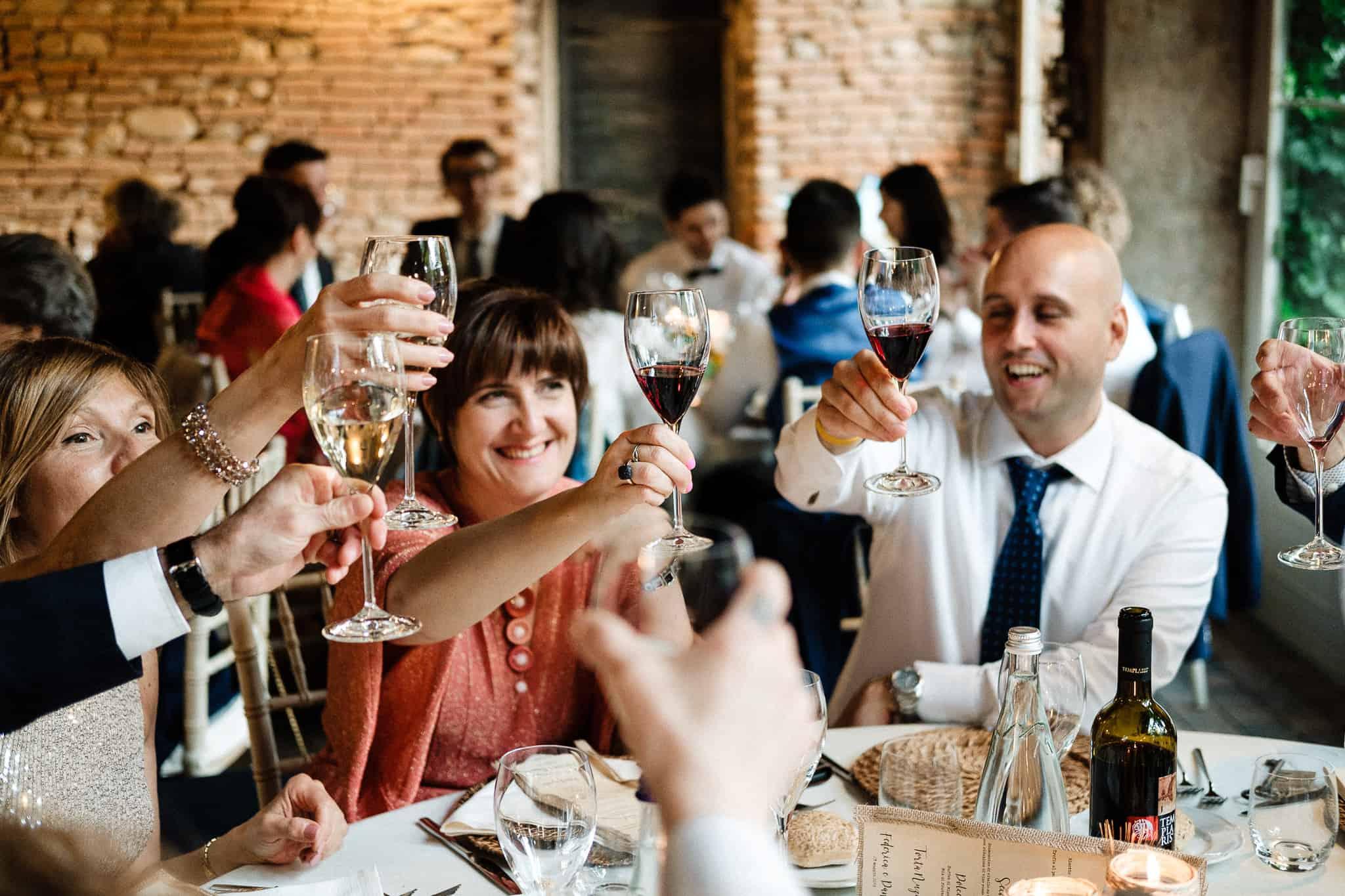 Fotografie matrimonio, momenti di allegria in villa bianca rovellasca