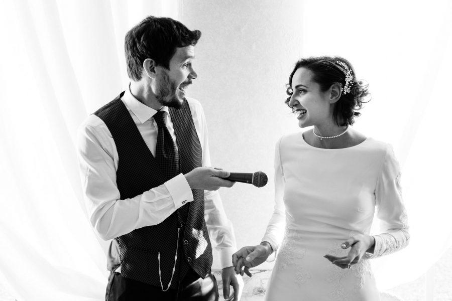 sposi che festeggiano